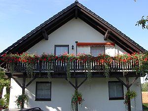 Das Haus von außen mit der Ferienwohnung im Obergeschoß
